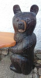 Holzskulptur Bär mit Glasaugen als Steher einer Sitzbank, mit der Kettensäge geschnitzt, Bemalung Akryl