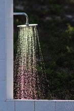 douche avec jet d'eau sur fond vert