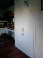 Porte de placard dissimulant le lave linge et lave vaisselle sous l'escalier