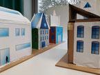 Häuser aus Pappe, zusammengestellt zu einem Straßenzug.