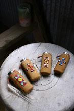 鹿革にビーズワークを施したライターケースの画像。