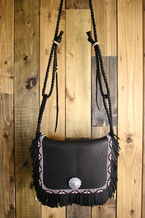 鹿革のショルダーバッグの画像。