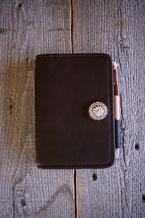 鹿革の手帳カバーの画像。
