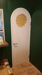 メラミンの丸窓付きドア