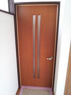 細長い窓付きのドア