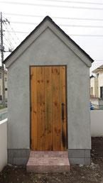 物置小屋の板張りドア