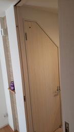 上部斜めカットのトイレドア