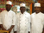 店長のダス(中央)とスタッフです。心をこめて美味しい南印度料理を作ります。