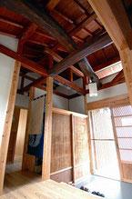 玄関 小屋組みの梁は古材