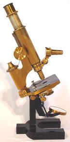 Zeiss-Mikroskop von 1880, es erlaubte die optische Vergrösserung um bis das 1200-fache