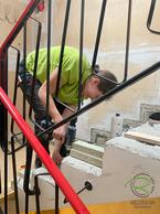 Aufbau neuer Treppenstufen von Schreinerei Holzdesign Ralf Rapp, Treppenrenovierung Betontreppe frei gelegt, Holztreppe renovieren, Treppensanierung einer Betontreppe mit Massivholztreppenstufen in Eiche