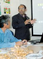 ウコン生産の勉強会で講演するホサイン准教授=6日午後、石垣市新栄町
