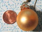 Kristbaumkugel als Ohrring, gold, matt, mittelgroß.