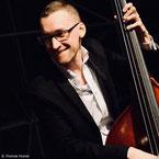 """Thomas Posner, contrebassiste, intervenant dans les formules """"Jazz"""", """"Jazz & Bossa Nova"""" et """"Musiques d'Amérique du Sud"""""""