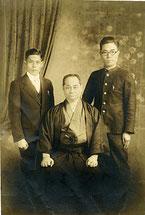 本部朝基(中央)と東恩納亀助(右)、昭和初期。