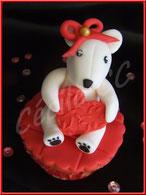 tutoriel pour décorer un cupcake oursonne de la saint-valentin, ourson amoureux modelage, cake design, pâte à sucre