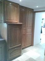 Porte de placard pliante dans une cuisine pour une ouverture dans un passage de porte