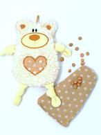 Kleiner Teddy Bär als Bezug für Bio- Kirschkern- Kissen, bestickt mit Namen
