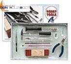 Kombi Werkzeug, Zange, Schleif-Holz und Papier, Hammer, Pinsel, Pinzette, Handbohrer, Cutter, alles dabei.