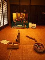 復元された古民家(旧神山家住宅主屋)の中にも遊具が