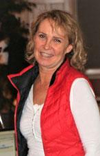 Porträt Michaela Groer in weißem Shirt mit roter Weste