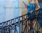 Frau auf Balkon mit Telefon