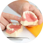 Persönliche Implantat-Beratung in der Zahnarztpraxis Dr. Siuosh Rassaf in Frankfurt-Niederrad