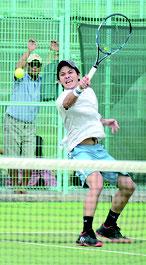 テニスで八重山対那覇で粘りを見せる我謝海選手=17日午後、石垣市中央運動公園テニス場