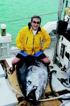 八重山近海で大物マグロを釣り上げ、石垣港に帰港した松方弘樹さん=2015年5月27日