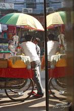 Rue où le commerce se fait entre les indiens, les touristes et les revendeurs en tout genre