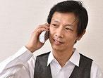 院長の馬場佳志が電話をしている写真