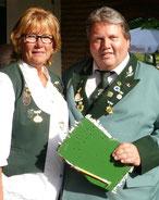 Sieger des Königsschießen 2015 und amtierender König: Holger Neuhaus, in den Händen hält er den entscheidenden Pfänder, den Rumpf des Königsvogels