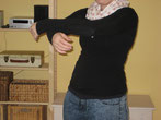 Frau in Bewegung/Tanz, Arme vor Oberkörper halb gekreuzt, schützend, bergend