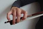 クラシックバイオリンの基本的な弓の持ち方