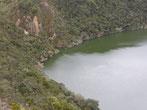 Links sieht man die Kerbe, um das Wasser aus dem See ablaufen zu lassen.