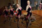 ...und tanzen auch mal leicht bekleidet...