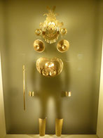 Der Schattenmensch verdeutlicht: Goldschmuck am ganzen Körper