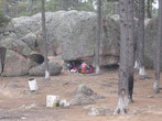 Die Indianer leben teilweise in Höhlen. Drinnen brennt ein Feuer, um das sie sich rumkauern.