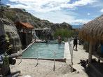 Los Hoyos, ein Schwimmbecken, aus einer natürlichen Quelle gespeist - und das in der Wüste!