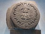 Eine Hauptsehenswürdigkeit ist der Sonnen- oder Kalenderstein. Es ist die Darstellung des Kosmos aus aztekischer Sicht.