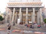 Junge Leute, wohl Studenten der Universitätsstadt Guanajuato, sitzen in der Nachmittagssonne vor dem Teatro