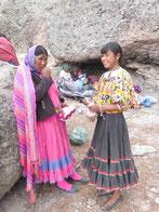 Wir bringen den Tarahumaras Geschenke: Unsere Weihnachtskugeln für die Frau des Hauses und ein Sack Nüsse für die Kinder.