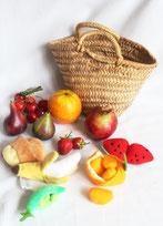 Panier et ses fruits et légumes (certains à éplucher)