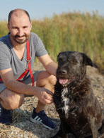 Christian Paschke mit Hund Elli, Tierhalterhaftpflicht und Hundehaftpflichtversicherung in Delitzsch von Paschke & Partner, Hund mit roter Leine