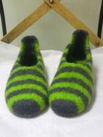 Filzpuschen Labanda. Ein Modell mit 2-farbigen breiteren Streifen. Hier in anthrazit apfelgruen.