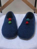 Filzpuschen Boebbels - ein Modell in uni mit 2 hübschen Filzkugeln als Verzierung der Puschen ist anthrazit und die Kugeln weinrot