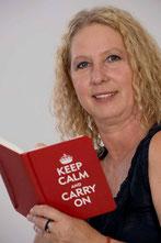 Autorin Regina Störk hält ein Buch in der Hand