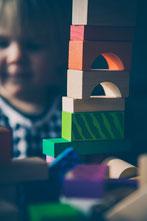 Pilates mit Baby. Holzbausteine