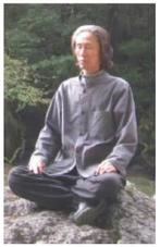 岩の上で瞑想する金導師