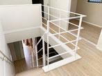 4段目から始まるリビング階段〜二階吹き抜けを囲んだ白いスチール手すり